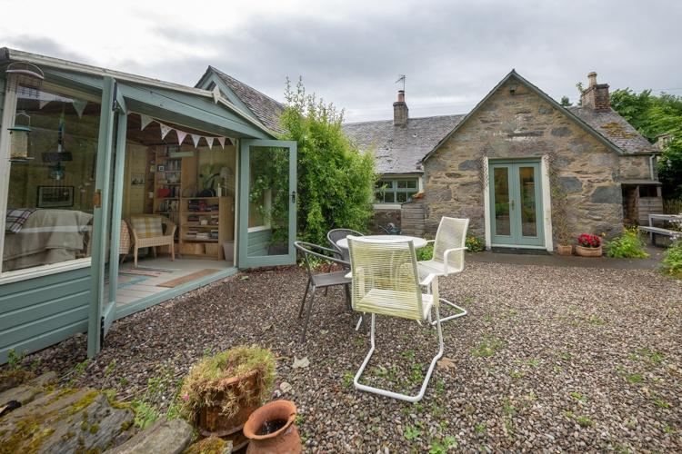Rear garden with pretty summerhouse