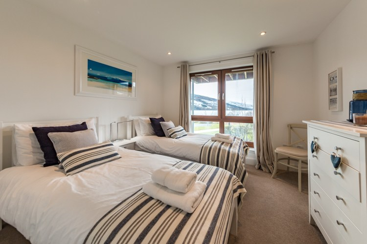 Ben Macdiu Twin bedroom with views of Loch Tay