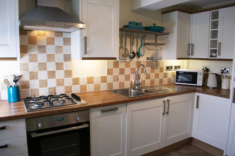 Kitchen with gas hob and electric oven, fridge freezer, dishwasher, microwave and washing machine